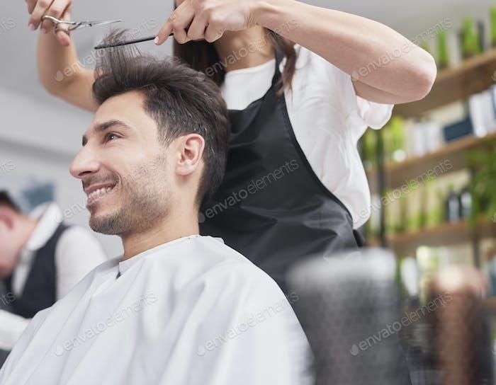 Мужской клиент смотрит на стрижки волос