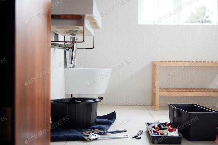 Herramientas de fontanería en el baño listo para reparar fugas fregadero