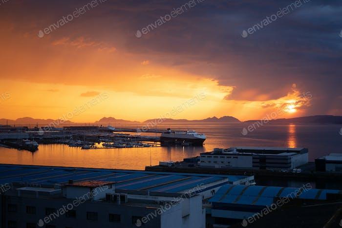 Blick auf einen Sonnenuntergang über dem Freizeithafen von Vigo, Spanien