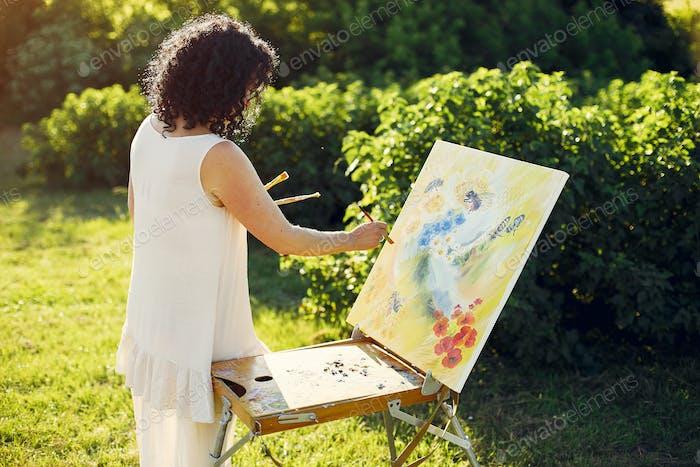 Schöne erwachsene Frau Zeichnung in einem Sommerfeld