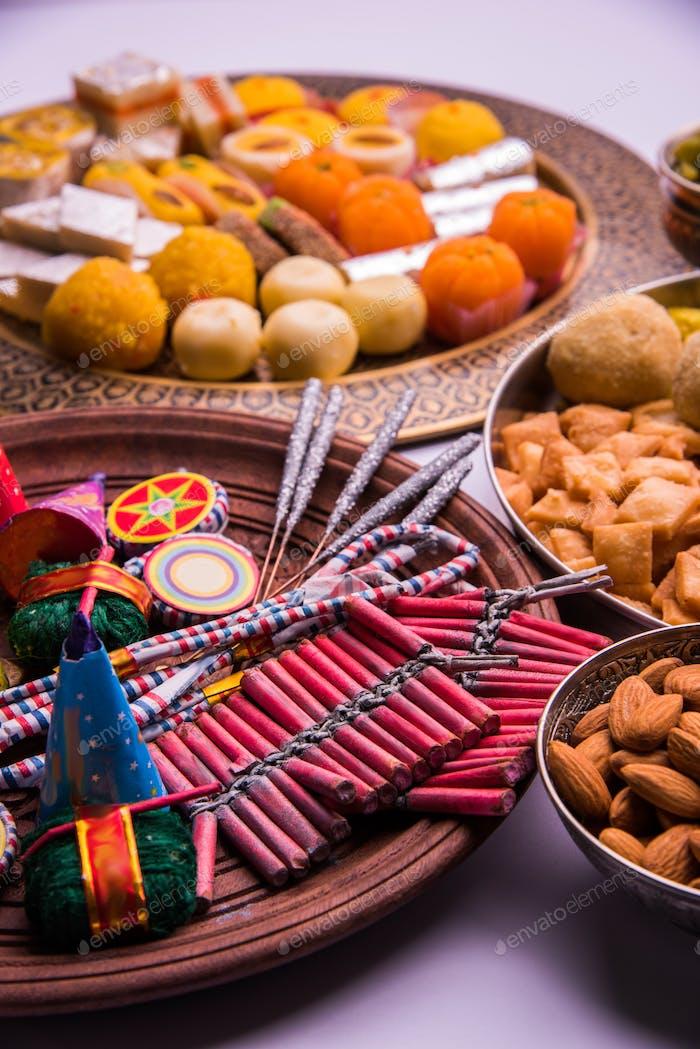 Happy Diwali - Diwali Essen mit Feuerwerkskörpern
