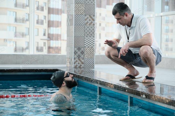 Explaining swimming technique to swimmer