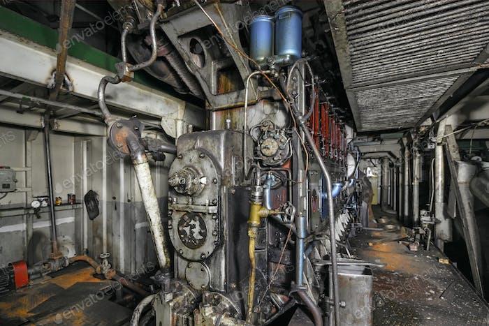 Schiffsdieselmotor im Frachtraum