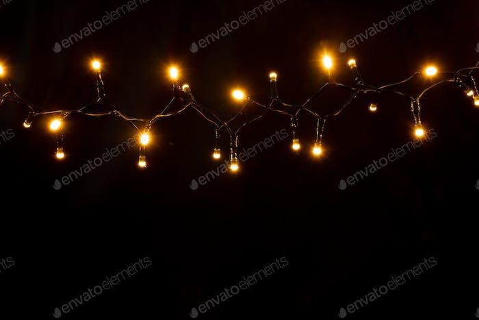 Weihnachtshintergrund mit Lichtern und freiem Textraum.