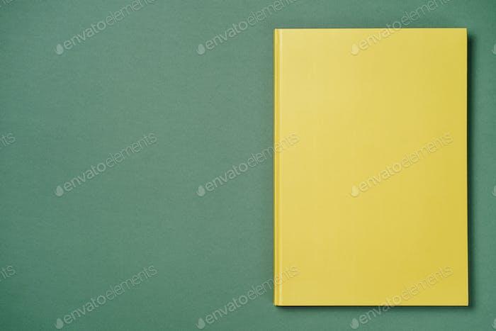 Grünes Ledernotizbuch auf grünem Hintergrund