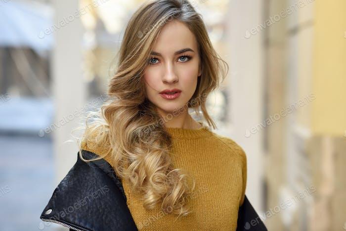 hermosa rubia rusa Mujer en Fondo urbano
