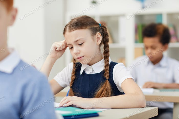 Schulkinder, die in der Schule studieren