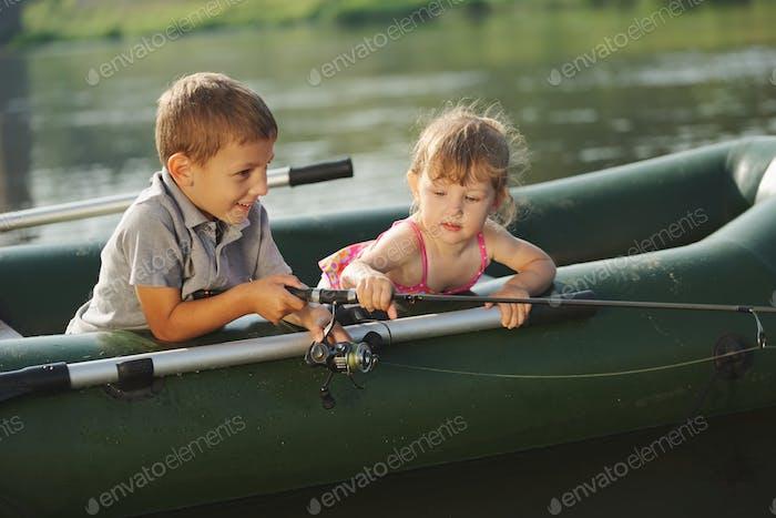 niño Alegre nadando en barco de pesca