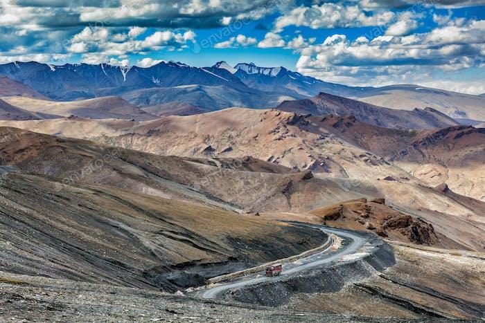 Indischer LKW auf der Straße im Himalayas Gebirge