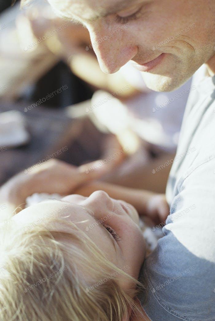 Der Mann verbringt Zeit mit seiner Tochter.