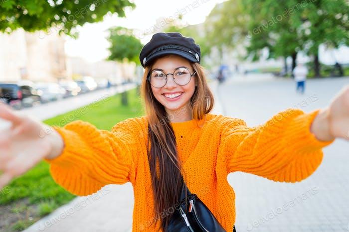 Froh lächelnd brünett Mädchen in runden Brillen