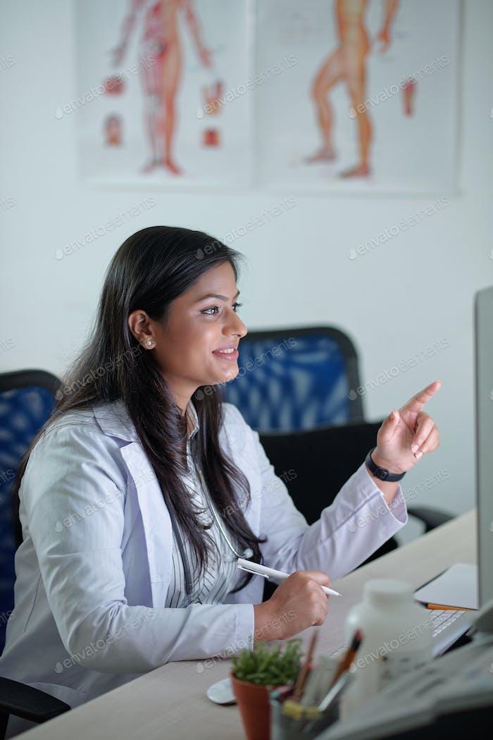 Informe de lectura de médico femenino o tarjeta médica