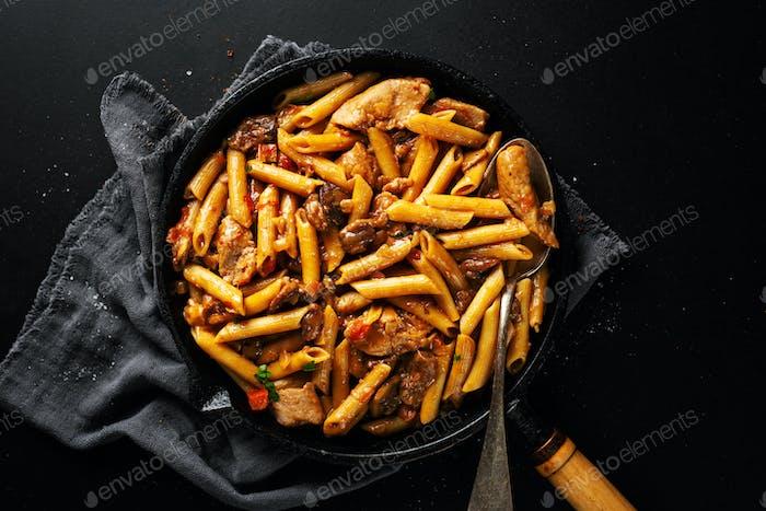 Schweinefleisch Stücke gefüllt mit Pasta Penne