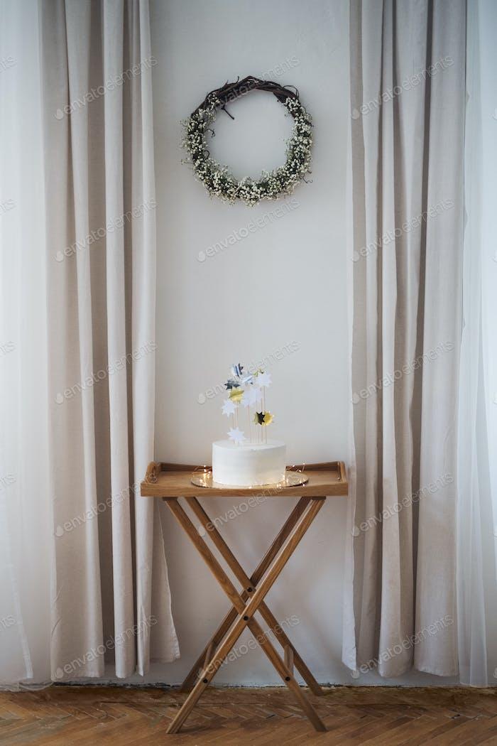 Ein Geburtstagskuchen auf einem Tisch auf einer Indoor-Party. Kopierraum.