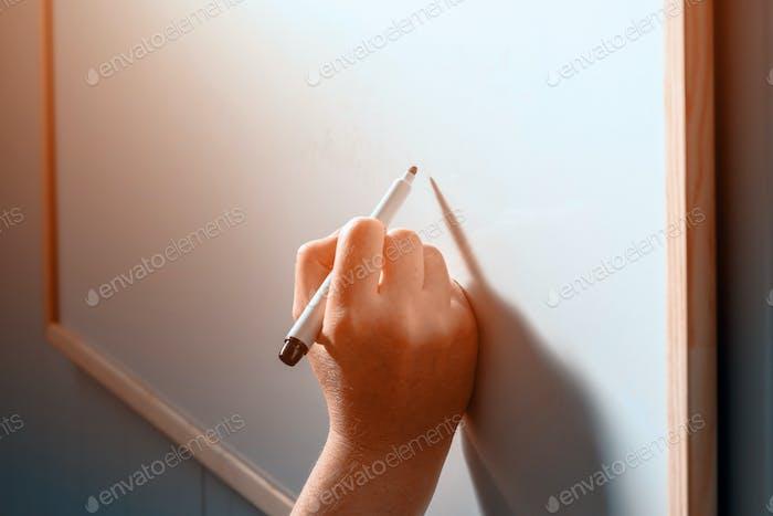 Mujer empresaria escribiendo en pizarra