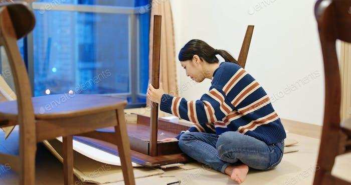 Mujer asiática montar la mesa en casa