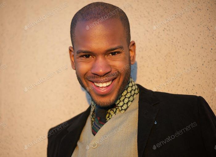 Modelo de moda masculina de moda sonriendo al aire libre