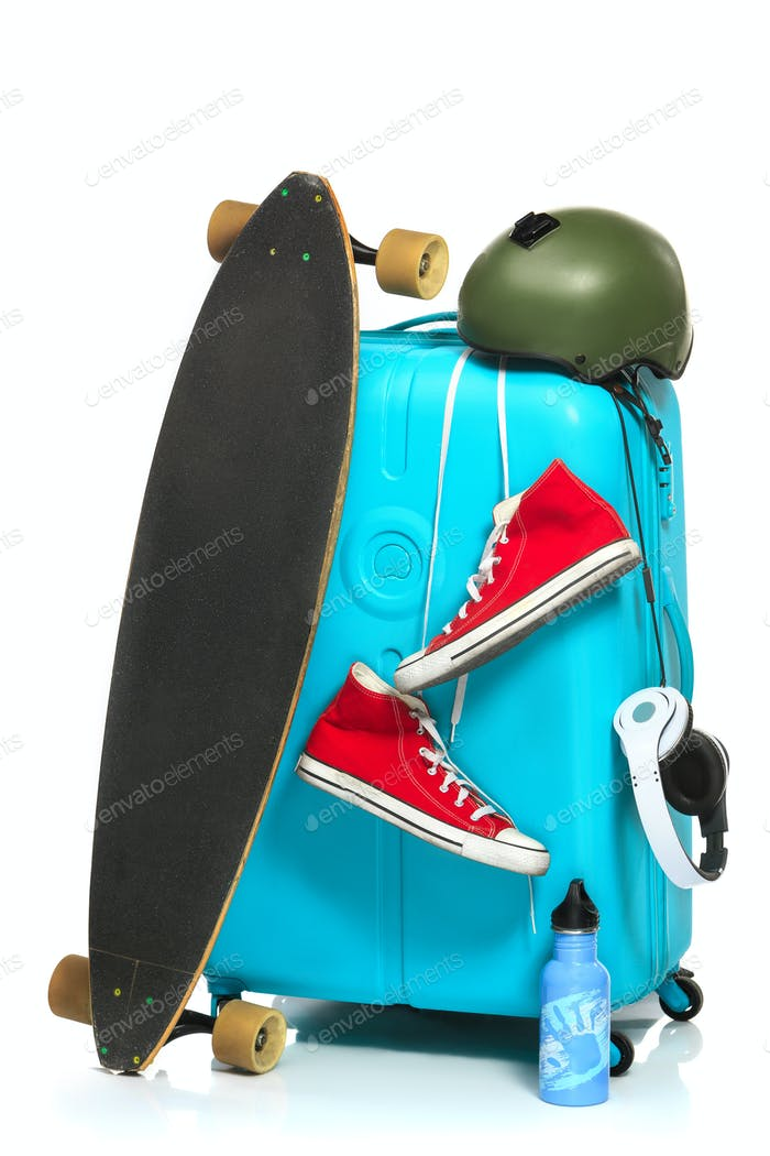 Der blaue Koffer, Turnschuhe, Skateboard auf weißem Hintergrund.