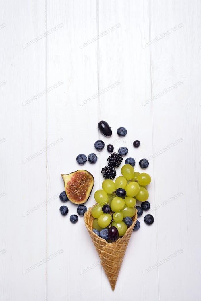 Eiscreme und Obstkegel