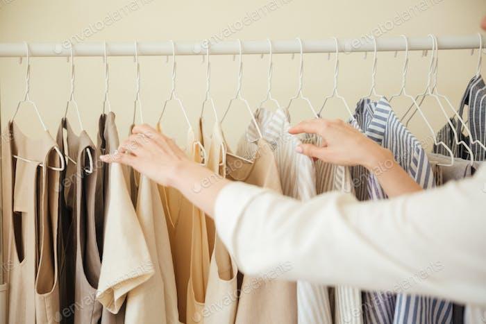 Nahaufnahme von Kleidung hängen auf Rack