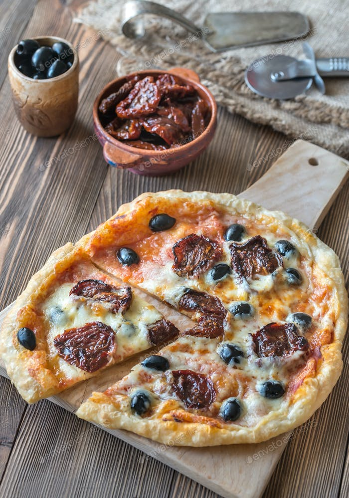 Pizza with sun-dried tomatoes
