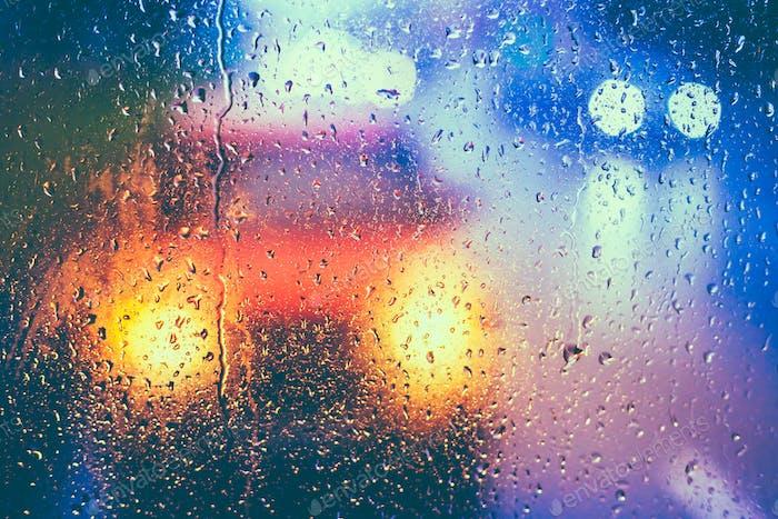 Tropfen auf Glas nach Regen