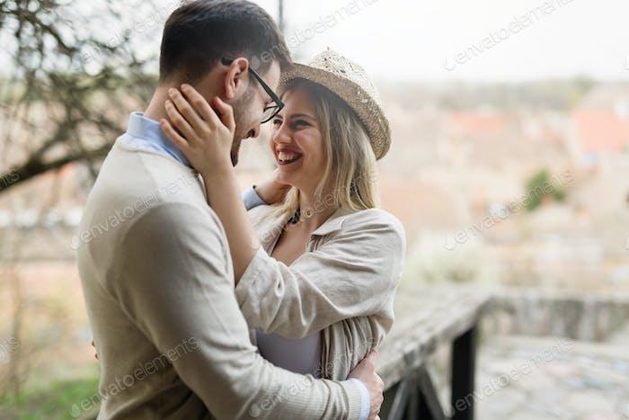 Glückliche paar lächelnd und Dating outdoor