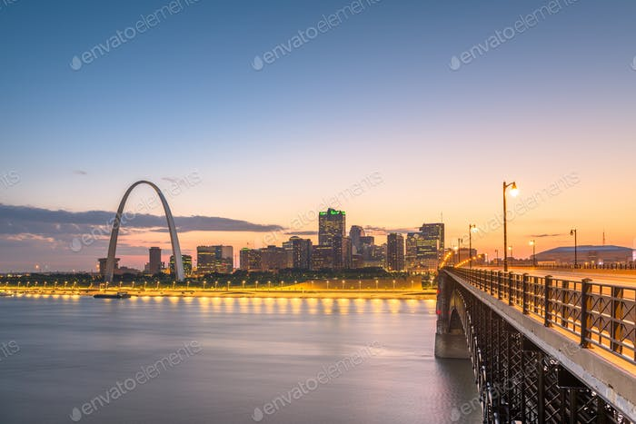 St. Louis, Missouri, USA downtown cityscape on the Mississippi R