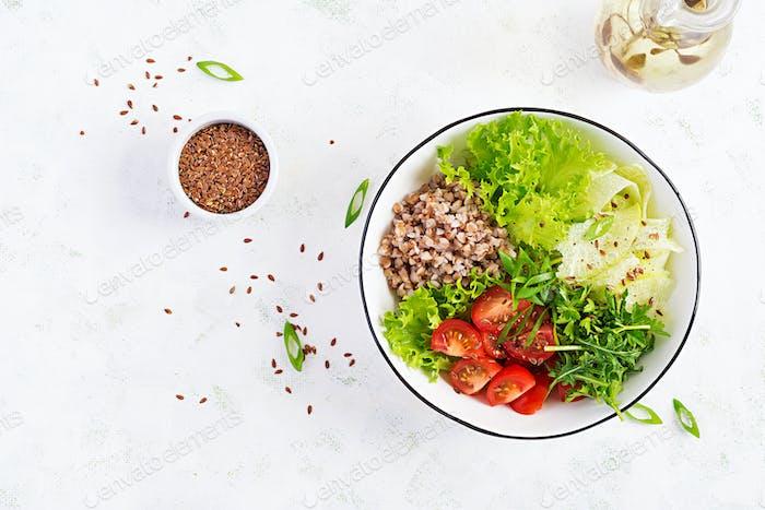 Buchweizensalat mit Kirschtomaten, Daikon, roten Zwiebeln und frischen Kräutern