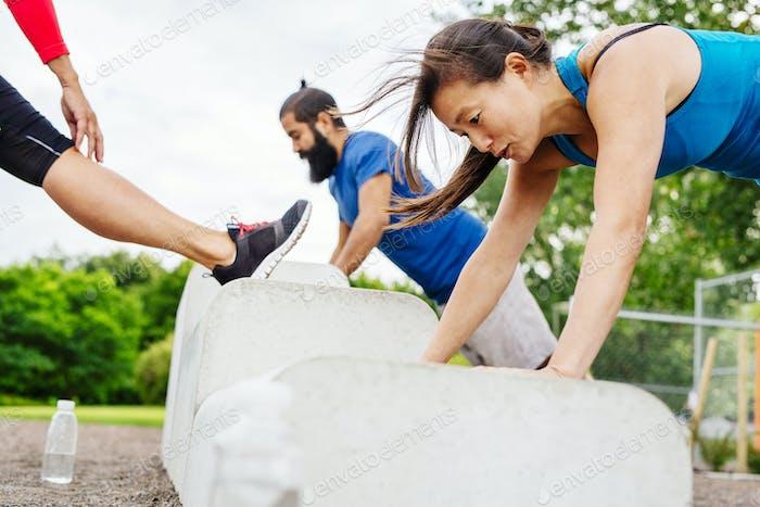Personas que hacen ejercicio en el parque
