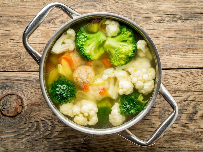 große Metallpfanne mit köstlicher heißer Suppe aus Gemüse und Fleischbällchen