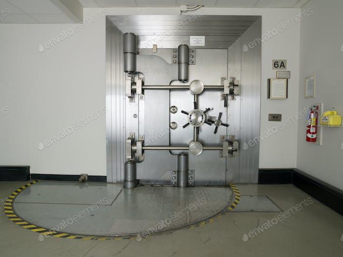 Puerta cerrada de la bóveda del banco