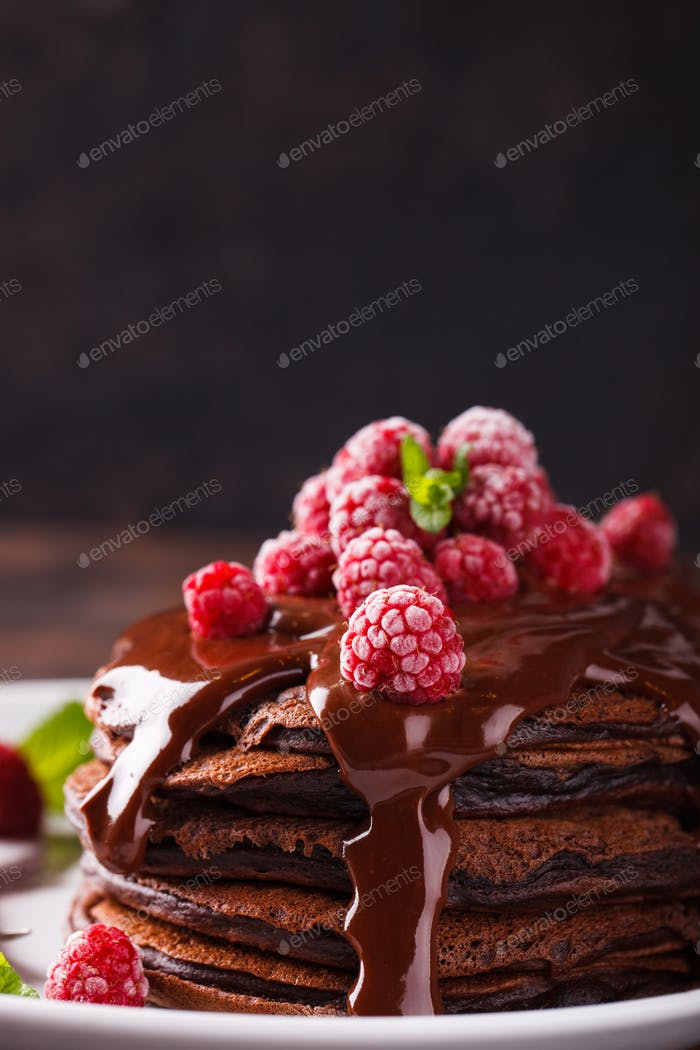 Pancake de chocolate con glaseado de chocolate, frambuesas