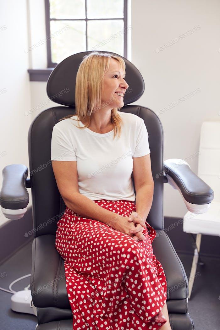 Reifen Frau sitzen in Kosmetikerinnen Stuhl Warten für Botox Behandlung