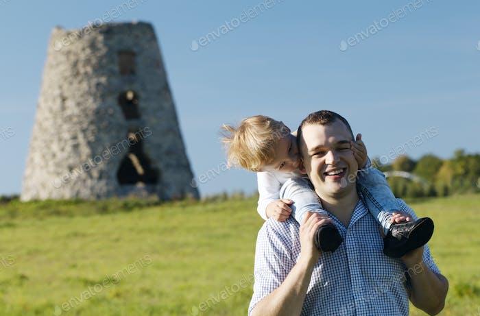 Glücklicher junger Vater und Sohn spielen zusammen