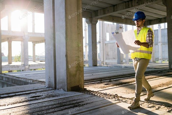 Bild des Baustelleningenieurs Blick auf Plan