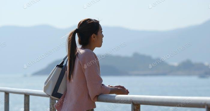 Frau gehen Landschaft und Blick auf das Meer