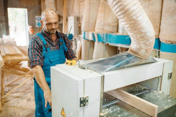 Tischler arbeitet auf Flugmaschine, Holzbearbeitung