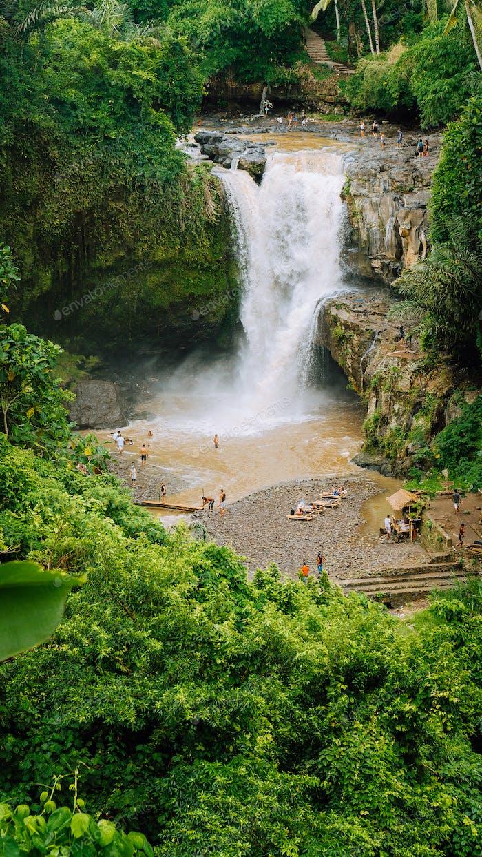 Cascada Tegenungan épica. Ubud en Bali, Indonesia