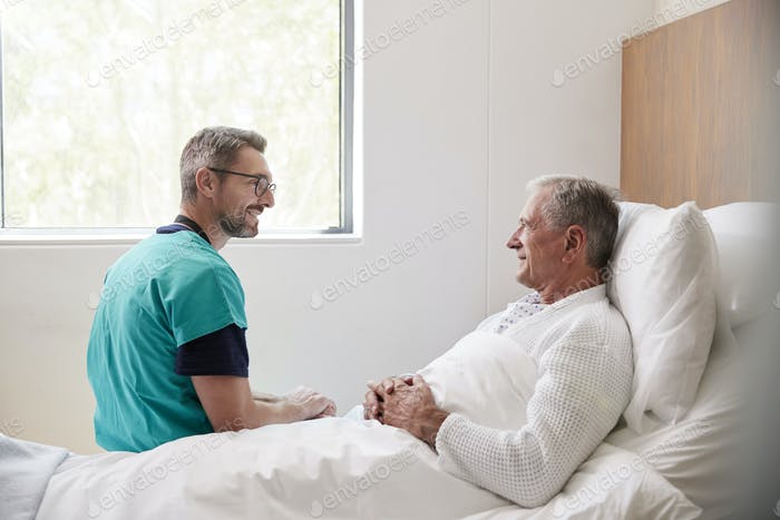 Chirurg Besuch und Gespräch mit älteren männlichen Patienten im Krankenhaus Bett in geriatrischen Einheit