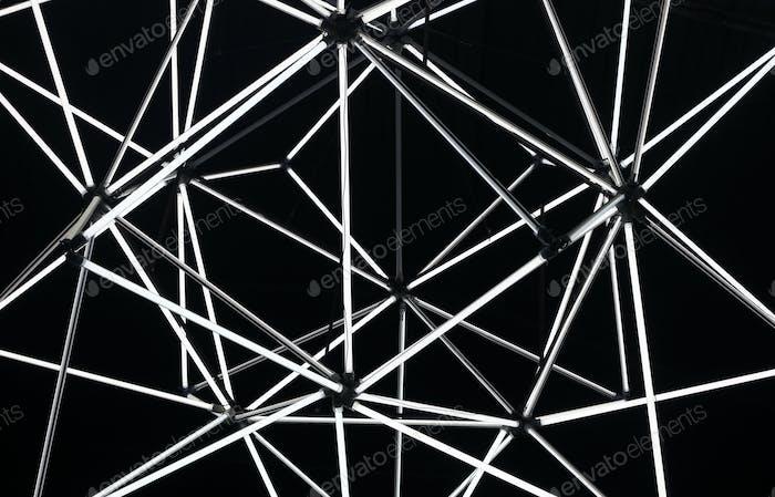 Abstrakter geometrischer schwarzer Hintergrund aus Lichtröhren. Schwarz-Weiß-Farben.