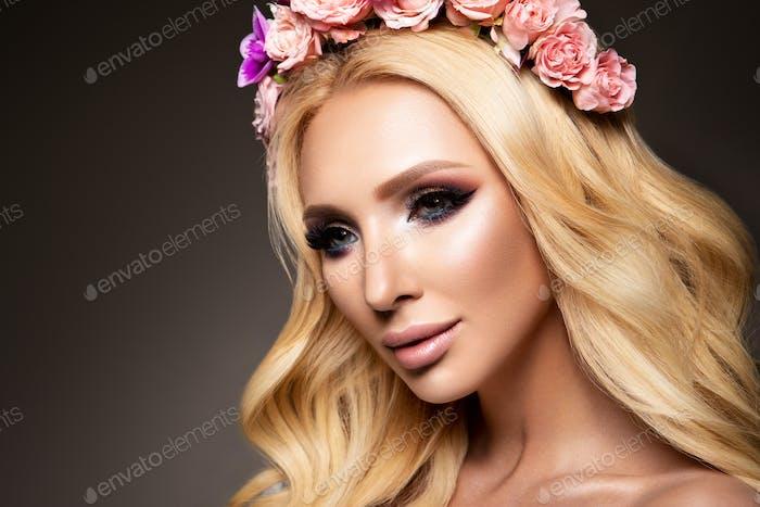 Schöne Frau mit langem lockigem Haar, perfektes Make-up