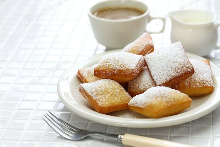 hausgemachte New Orleans beignet und eine Tasse Kaffee