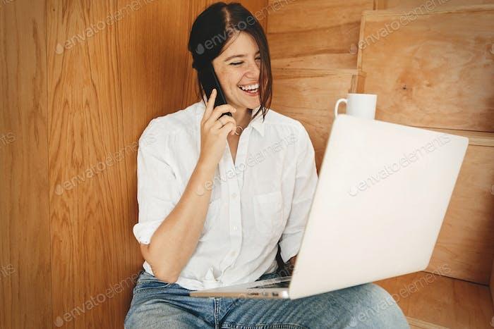 Junge lässige Frau, die online einkaufen oder online von zu Hause aus arbeiten