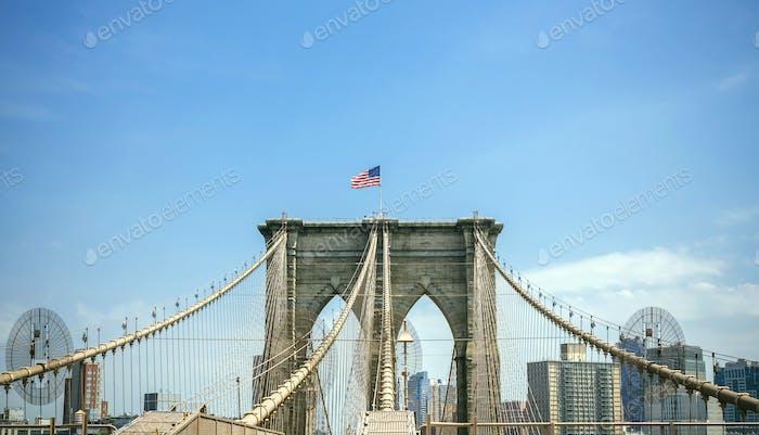 Torres del puente de Brooklyn con horizonte de Manhattan en el fondo