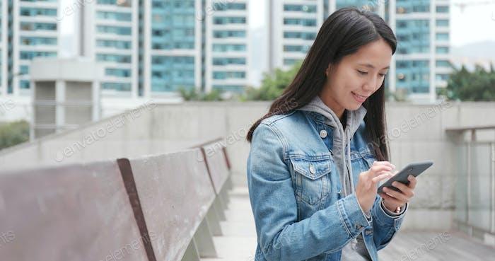Junge Frau Nutzung von Handy für Online-soziale Medien