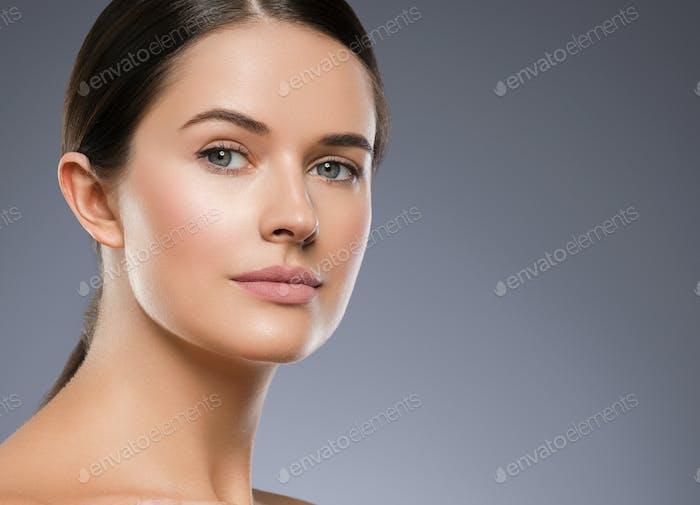 Frau Gesicht Schönheit Hand berühren gesunde Haut natürliche Make-up schöne weibliche graue Hintergrund
