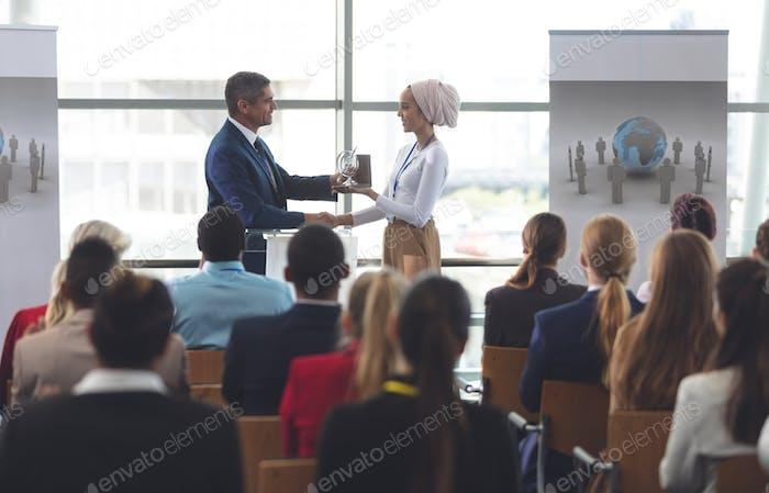 Empresaria que recibe el premio del Empresario negro en el seminario Negocios en el edificio de oficinas