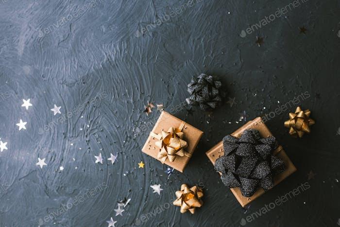 Weihnachtsgeschenkbox auf schwarzem Hintergrund.