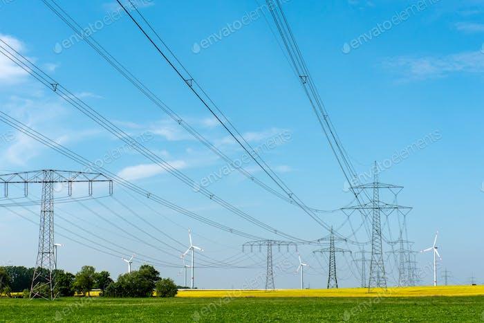 Stromleitungen und Windkraftanlagen